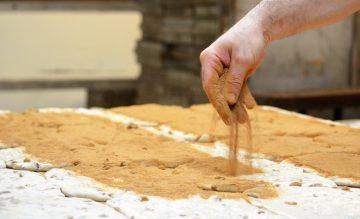 La cannelle saupoudrée généreusement sur les pâtisseries maison.