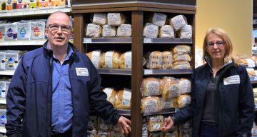 Linda et Jean, fiers d'approvisionner les distributeurs de la région en produits de boulangerie et de pâtisserie de la Boulangerie DeMailly.