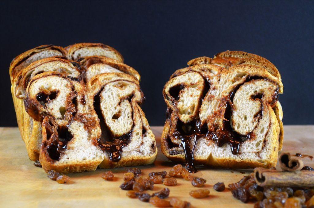 Tranches de pain à la cannelle et aux raisins